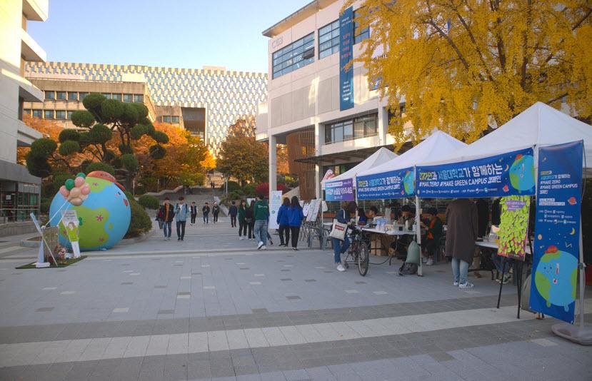 그린 위크를 맞아 그린캠퍼스 체험 부스가 학생회관 앞에 설치되었다/김선형 기자